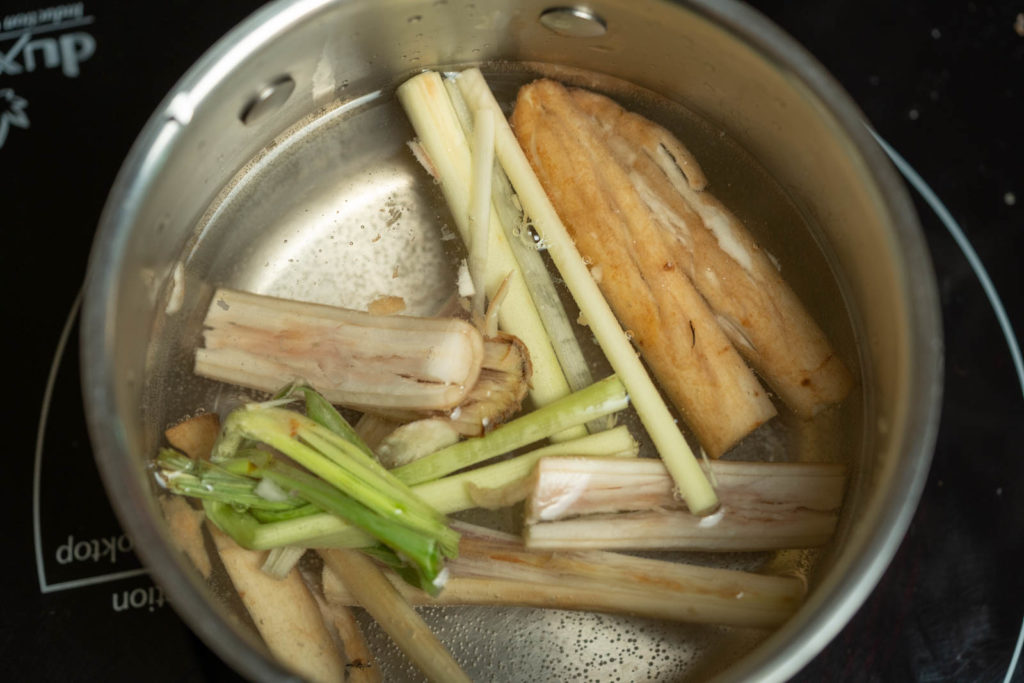 Place smashed burdock root, lemongrass, and water into pot
